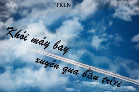 Khói máy bay xuyên qua bầu trời